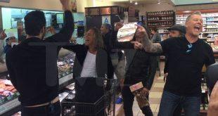 Концерт в магазине: известная рок-группа подняла публику в супермаркете