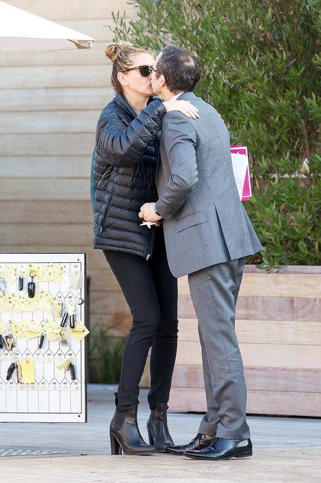 Джулию Робертс застали за поцелуями с неизвестным мужчиной