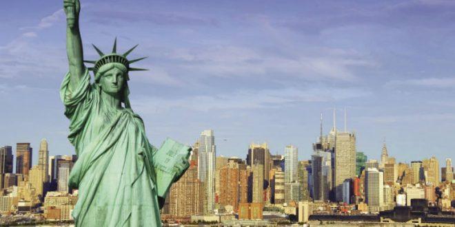 В Нью-Йорке на Статуе Свободы появился баннер «Беженцы, добро пожаловать»