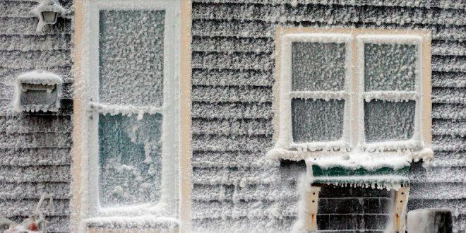 В Нью-Йорке жилой дом превратился в глыбу льда
