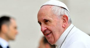 Видео: Маленькая девочка сорвала шапочку с головы папы римского, получая его благословение