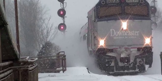 Эпичное видео с прибывающим на станцию поездом, обрушившим на пассажиров снежную «лавину», покорило интернет