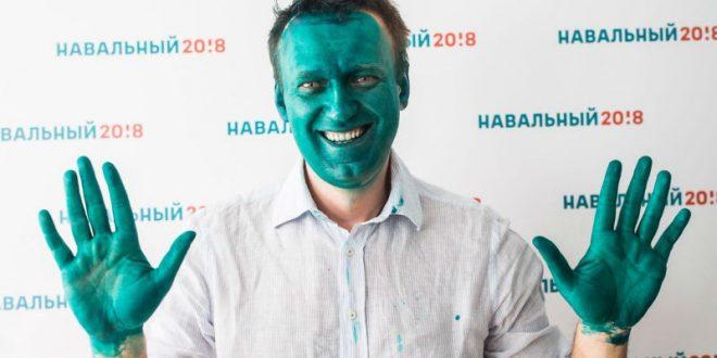 Облитый зеленкой Навальный превратился в «Маску» перед открытием штаба в Барнауле