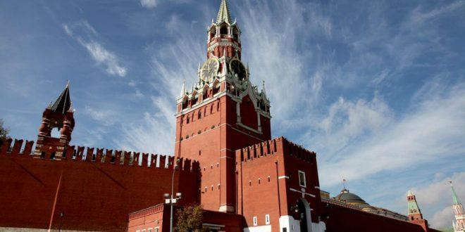 По случаю 8 Марта феминистки устроили акцию с дымовыми шашками на Кремлевской стене