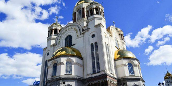 Уральские школьники устроили селфи-сессию в украденных рясах в Храме-на-Крови