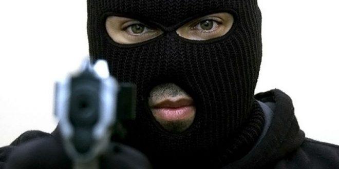 Вооруженный москвич в маске пытался ограбить букмекерскую контору, но ушел ни с чем