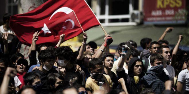 Тысячи недовольных результатами референдума турок вышли на улицы Стамбула в знак протеста