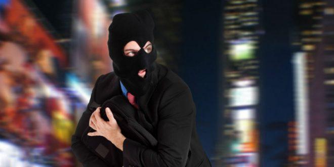 Худший грабитель в мире: вор рассмешил соцсети, безуспешно пытаясь выбраться из магазина, который он хотел ограбить