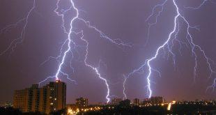 В китайского ведущего во время прямого эфира ударила молния