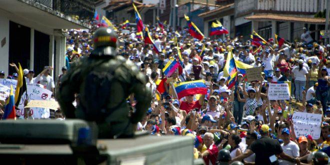 В Венесуэле в ходе массовых акций протеста пострадали более 220 человек