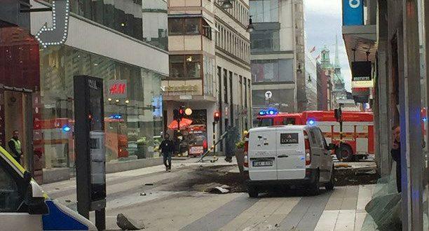 В центре Стокгольма грузовик врезался в толпу прохожих, есть жертвы