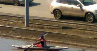Житель Омска устроил заплыв на байдарке в луже в центре города