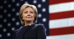 Флаг США упал за спиной лидера Демпартии после упоминания Клинтон