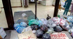 Во Львове вход в магазин Roshen забаррикадировали мешками с мусором