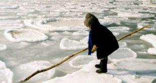 В ямальском дворе дети застряли на льдине посреди гигантской лужи и были спасены сотрудниками МЧС