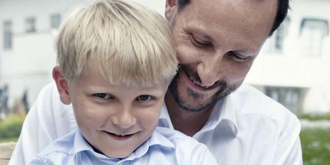 11-летний норвежский принц нарушил протокол забавными кривляньями и танцем