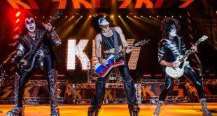 Лидер группы Kiss вышел на сцену «Олимпийского» с гитарой в цветах российского флага