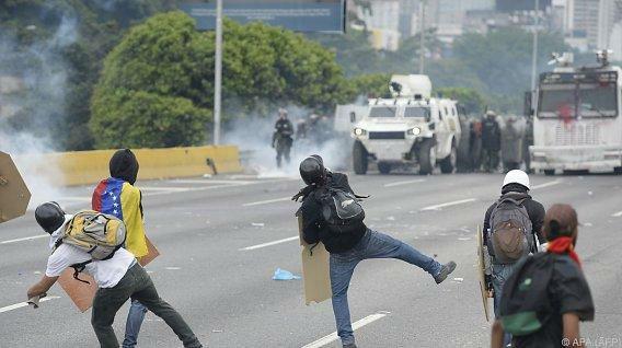 Венесуэльские гвардейцы закидали приют для детей и престарелых гранатами со слезоточивым газом