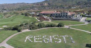 Демонстранты выстроились в слово «Сопротивляйся!» на принадлежащем Трампу поле для гольфа