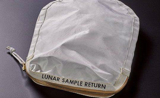 Сумка Нила Армстронга с лунной пылью уйдет с молотка аукциона