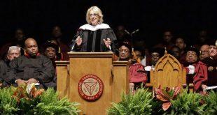 В США темнокожие студенты освистали министра образования на вручении дипломов