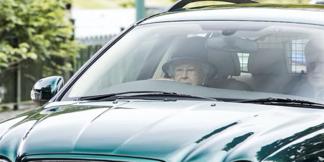 91-летняя королева Елизавета за рулем своего «Ягуара» попала в объективы фотографов