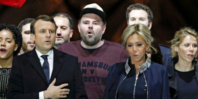 «Мужик в кепке» рядом с поющим Макроном стал звездой французских соцсетей