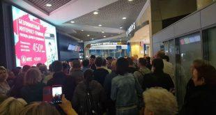 Возмущенные массовыми задержками рейсов туристы устроили бунт в Домодедово