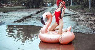 Саратовчанка решила бороться с разбитыми дорогами, устроив фотосессию в купальнике посреди лужи