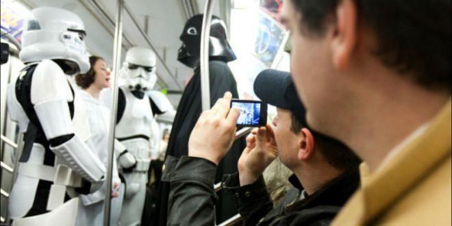 Дарт Вейдер, принцесса Лея и штурмовик проехались в московском метро в День «Звездных войн»