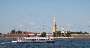На Неве прогулочный катер врезался в теплоход с 48 пассажирами