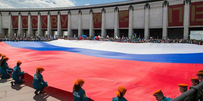 По случаю Дня России на Поклонной горе развернули самый большой триколор в стране