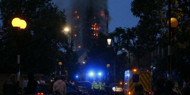 В Лондоне люди оказались заблокированы в горящем 27-этажном доме
