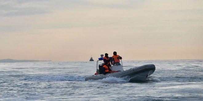 Спасатели продолжают поиски двух подростков с перевернувшейся на Ладожском озере лодки