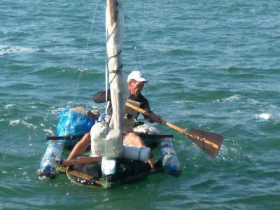 Саратовец попытался проплыть в Крым из Кубани на плоту из бутылок