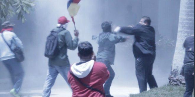 В Венесуэле началась эвакуация людей из захваченного сторонниками Мадуро парламента