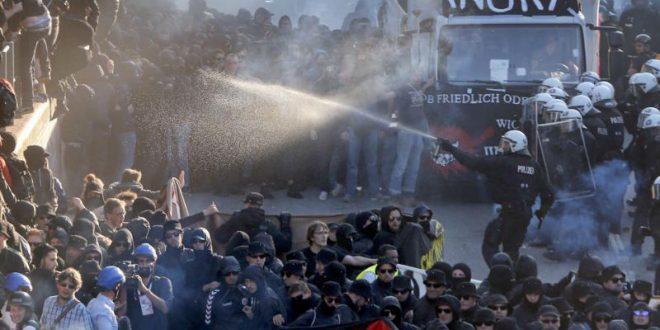 В Гамбурге накануне саммита G20 вспыхнул сильный пожар и прошли стычки протестующих с полицией