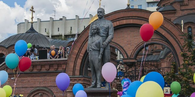 Новосибирец изрубил топором памятник Николаю II