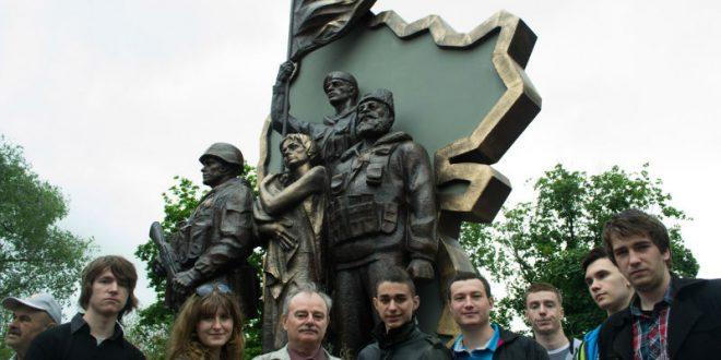 В центре Луганска неизвестные подорвали памятник ополченцам